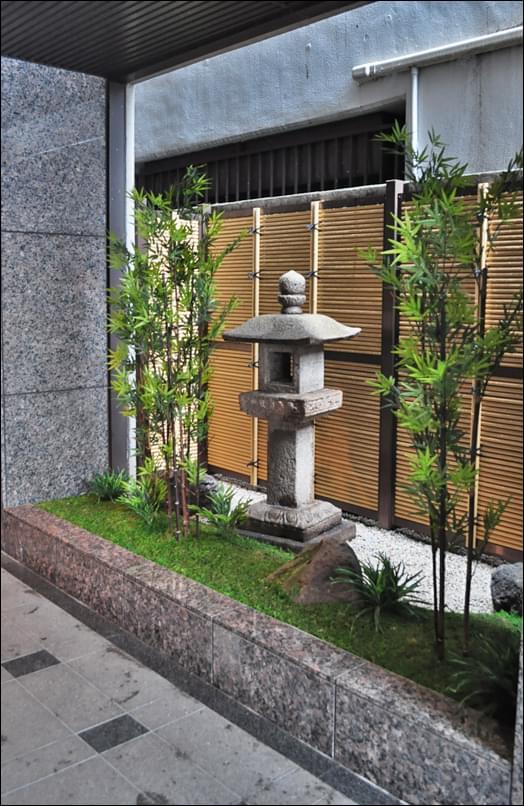 石灯篭が出迎えるエントランスの坪庭