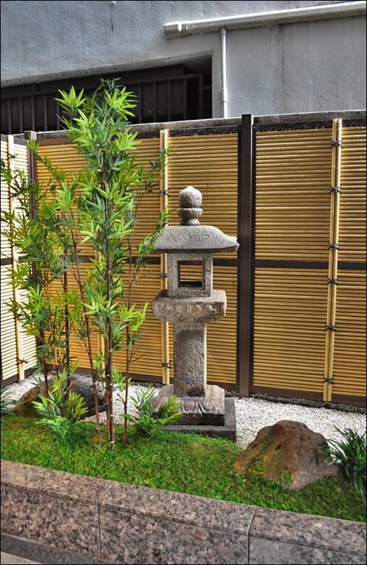 背景の人工竹垣が空間美を演出
