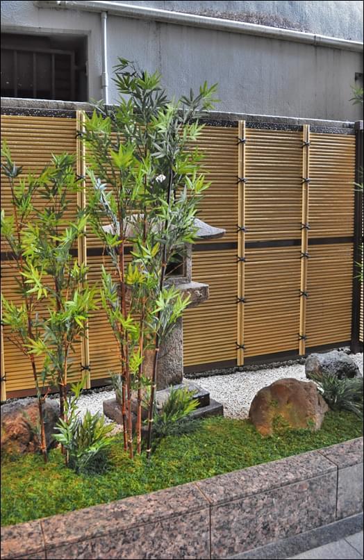 灯篭の存在を程好く暈す竹