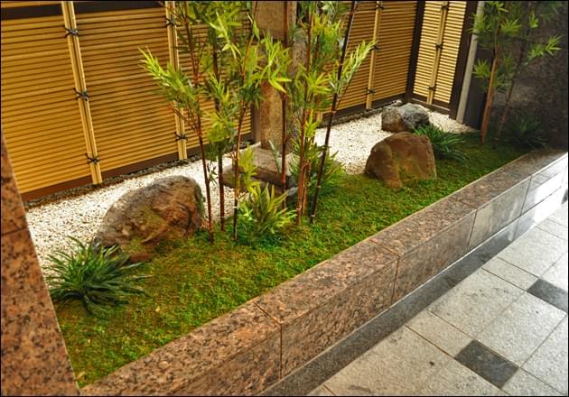 軽量庭石と人工苔の庭