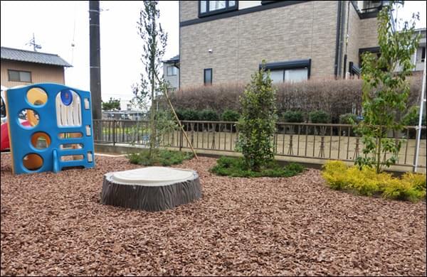 お子様が遊ぶ為のバークチップの庭