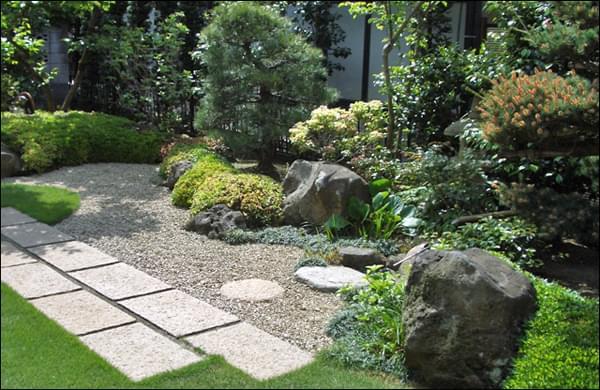 見せ場となる部分を広くデザインした和庭