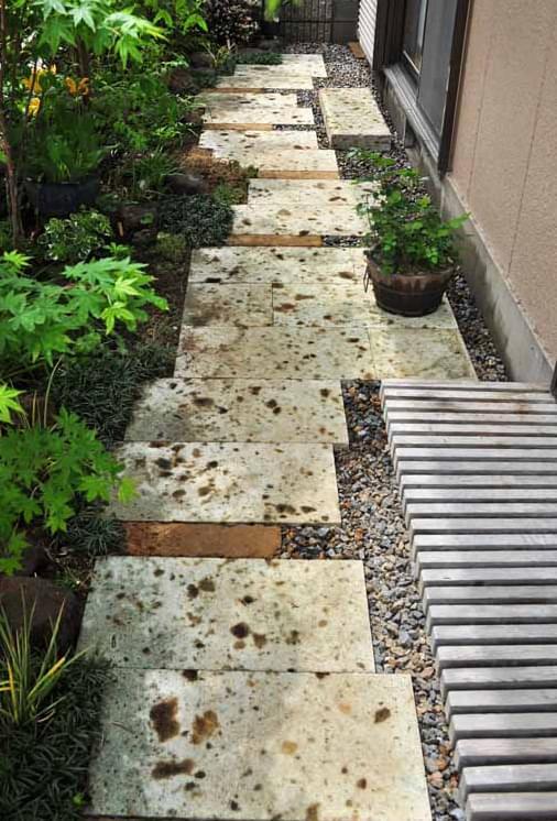 狭小地でも有効な雑草対策となる園路