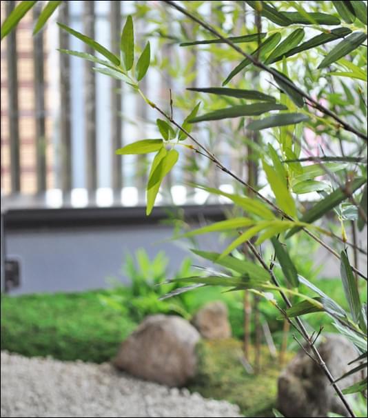 人工植物がメンテナンスフリーを実現