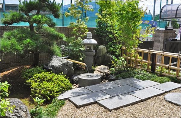 リビング前にデザインした眺める為の庭