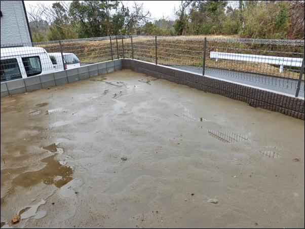 塀周りが完成したものの庭が更地の状態