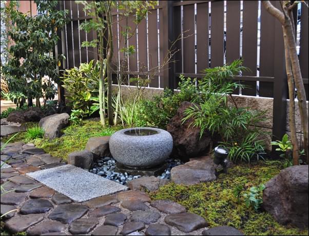 長い時間の経過をデザインした和庭
