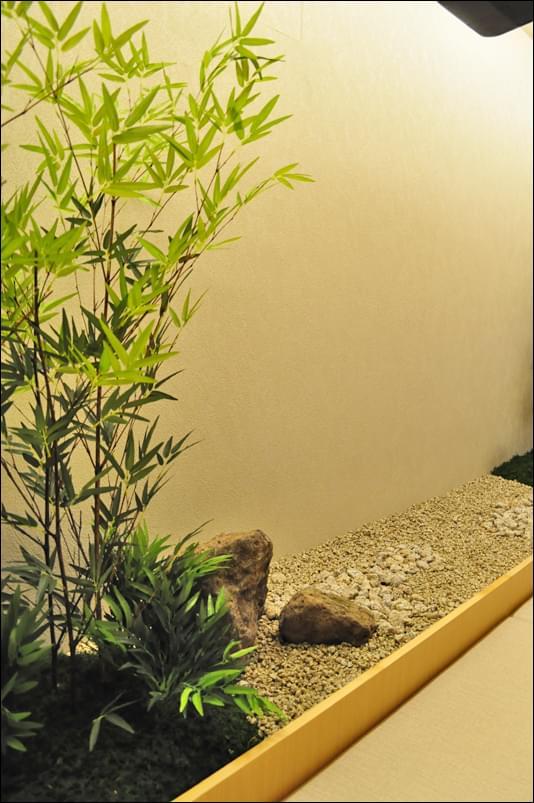 店舗内にデザインした竹庭と枯山水