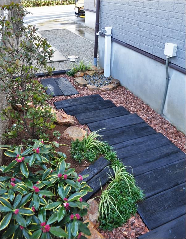 通路と花壇でシンプルな通り庭をデザイン