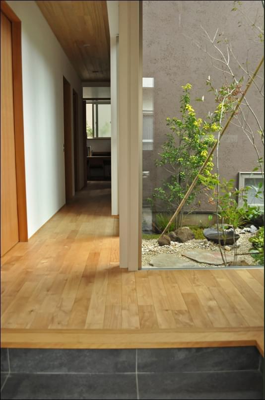 住空間に馴染む、玄関から見る坪庭
