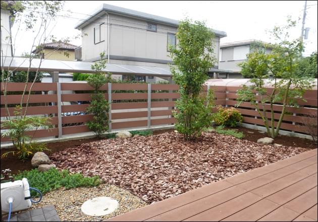 防草シートとバークチップによって仕上げた庭