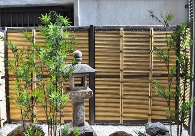 隣地ビルと塀を目隠しする人工竹垣