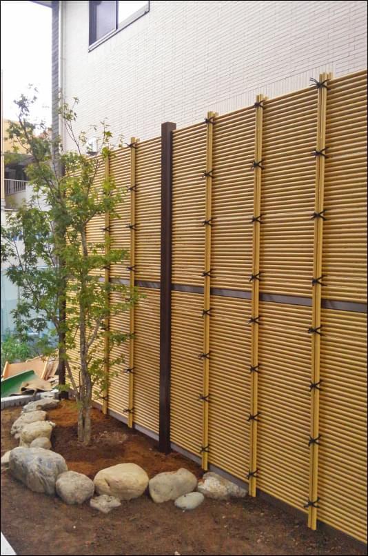2mを超える設計でも圧迫感を感じにくい人工竹垣