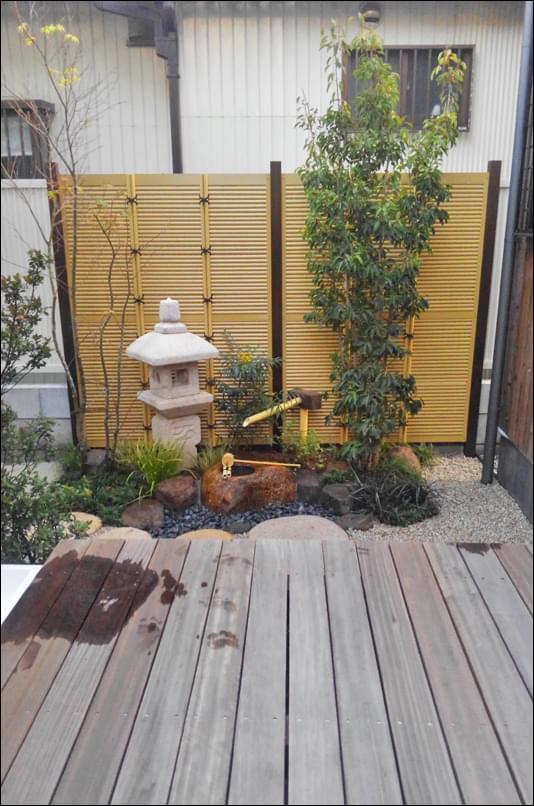 人工竹垣を背景とした坪庭を制作