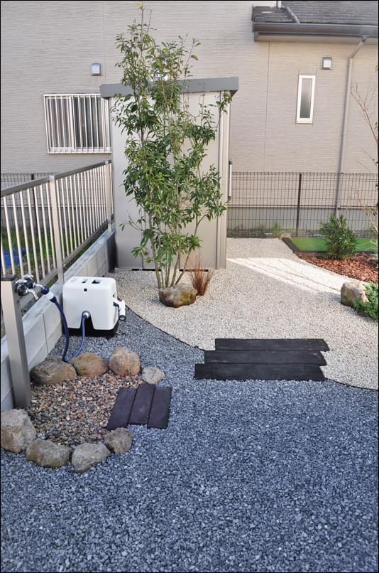 お庭の入口付近 物置を目隠しするシラカシ