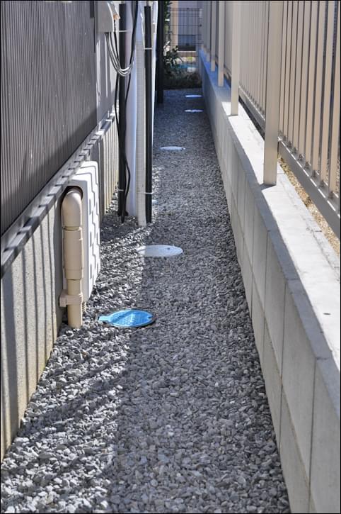 反対側の狭小通路へも砕石敷きによる雑草対策を