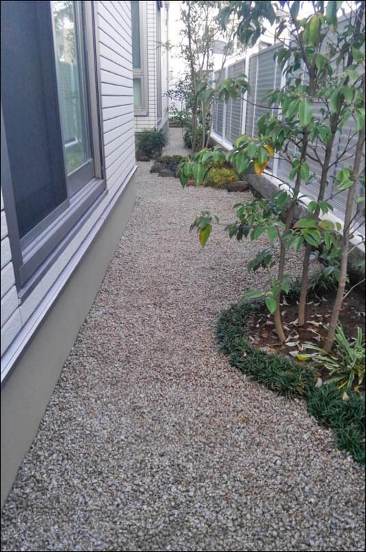 植栽と下草類で砂利留め模様を形成