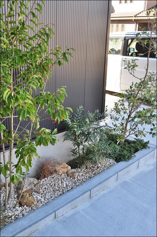 小石とグランドカバーで形成する植栽デザイン