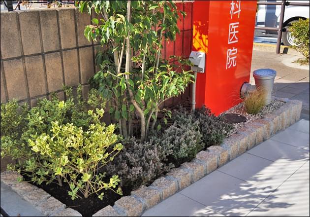 色彩豊かにデザインした低木植栽