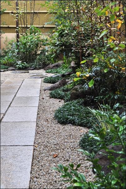 庭石を目立たせず柔らかく見せる例