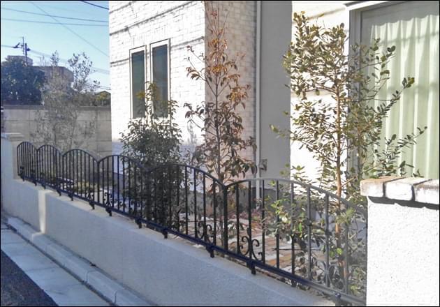 白壁沿いにレイアウトする目隠しの常緑植栽