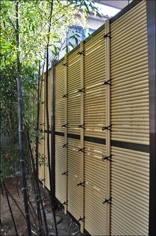 狭小部にすっきりと収まる人工竹垣