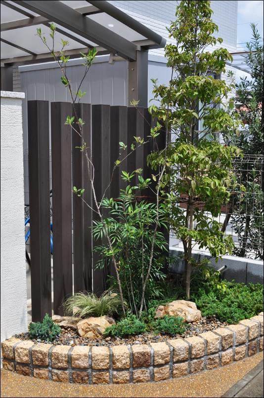 花壇の中を洋風ナチュラルな庭に