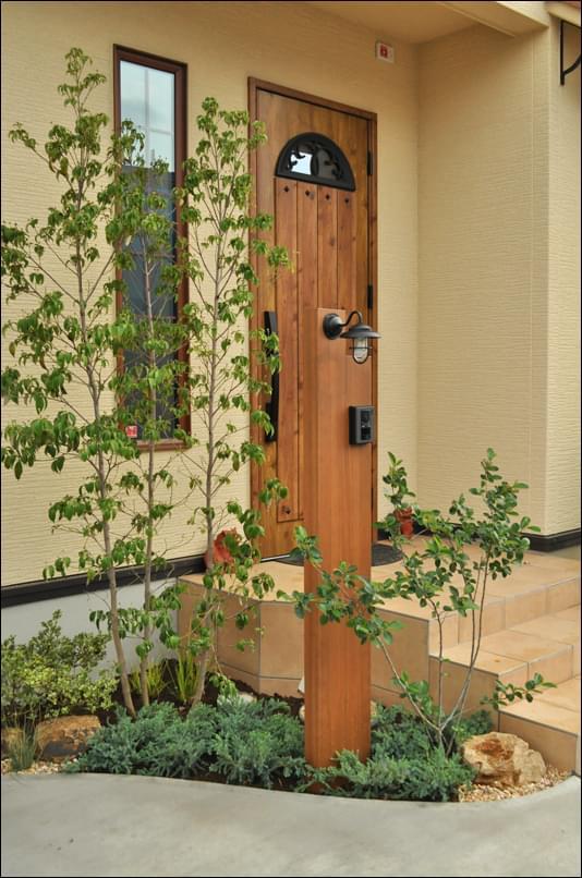 玄関周りの植栽レイアウト
