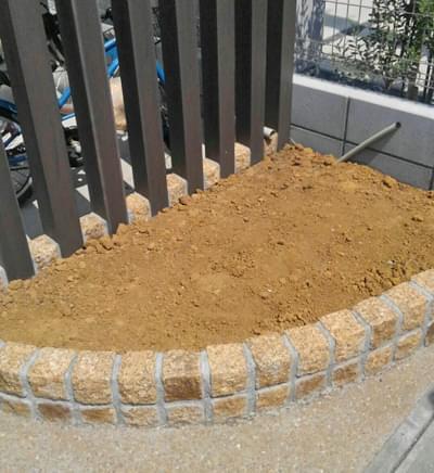 施工前のコーナー花壇