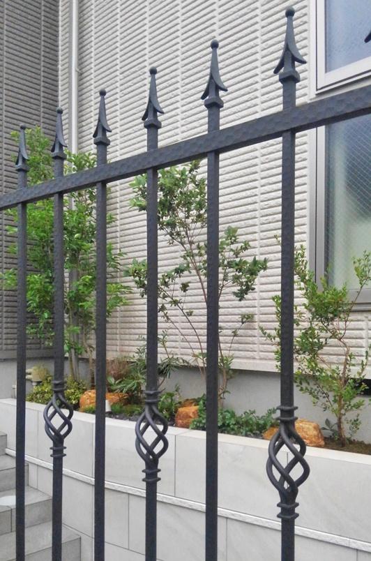 門扉越しに見るアプローチ花壇
