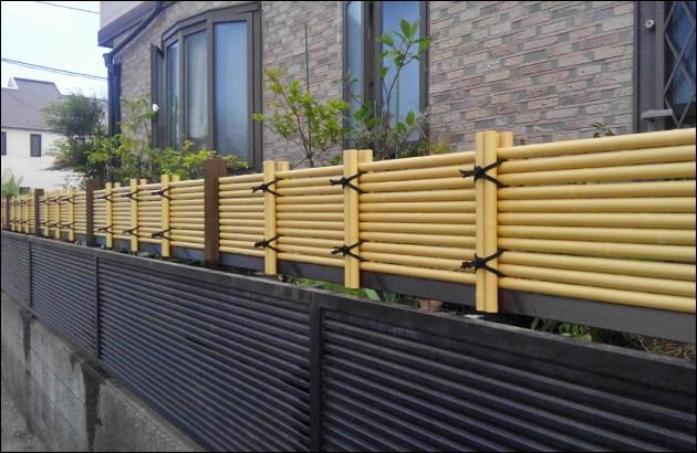 既存フェンスの上部を補充する人工竹垣