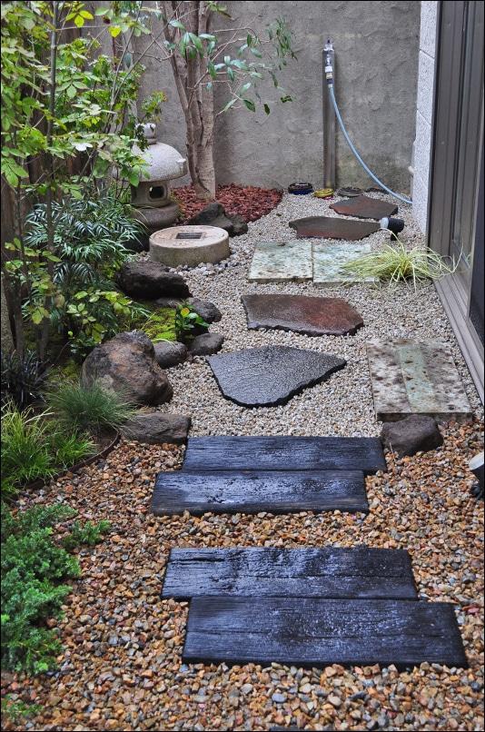 窓から見えにくい位置で切り替わる和洋の庭
