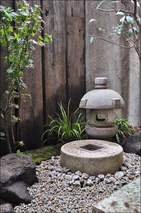 簡素な佇まいの灯篭・手水鉢周り
