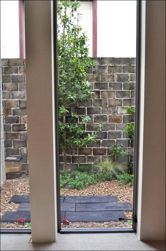 窓から眺めるクラシックな洋風小庭