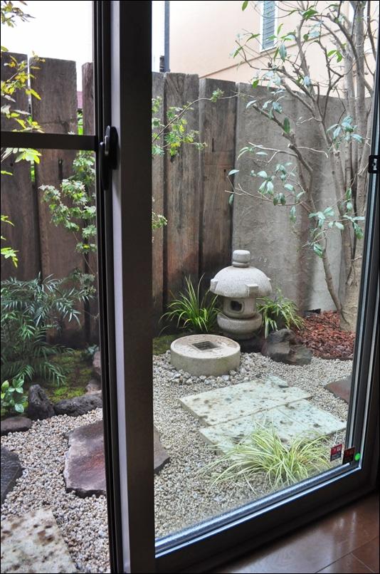 窓越しに眺める和風坪庭