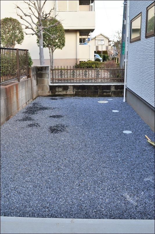 駐車場背後の空間へ施す砂利敷き