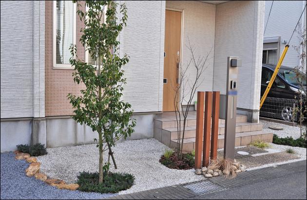 明るく生まれ変わった玄関周りの植栽状況