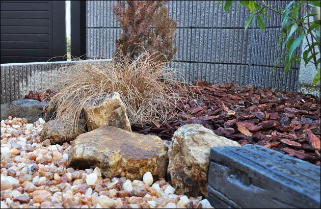 植栽と砂利のエリア分け