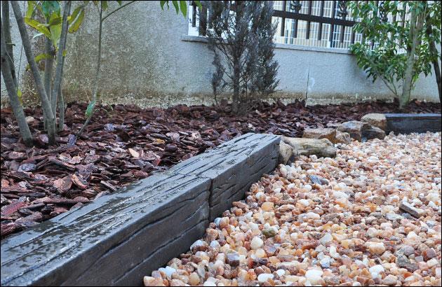 枕木調の意匠が施された大型縁石