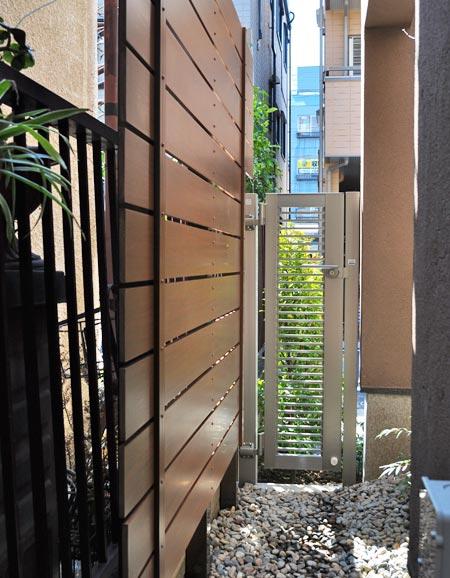 狭小通路に施工した樹脂フェンス