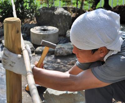 支柱丸太と竹を釘止め