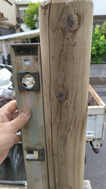 水準器で丸太の垂直を確認
