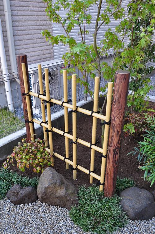 人工竹材による四ツ目垣