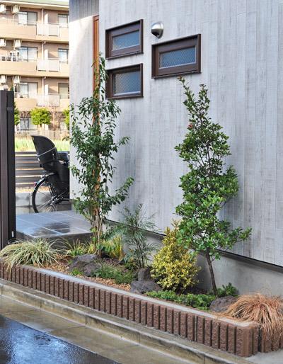 道路沿い花壇を彩る庭木:練馬区T様邸