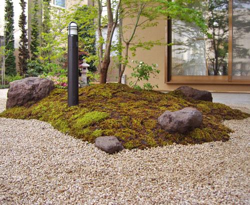 住宅で小さな築山式の和庭を