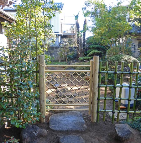 庭内の仕切りとなる四ツ目垣と枝折戸