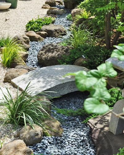 黒玉砂利で流れを表現した和庭