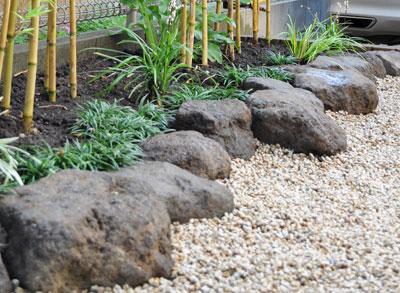 鳥海石による庭石組み