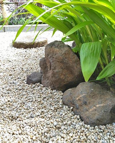 小さな庭石でも立体感を感じさせるには