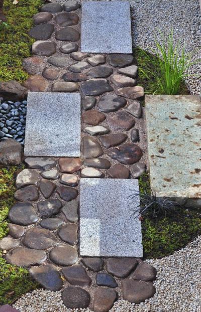 敷石と野面石を組み合わせた延べ段